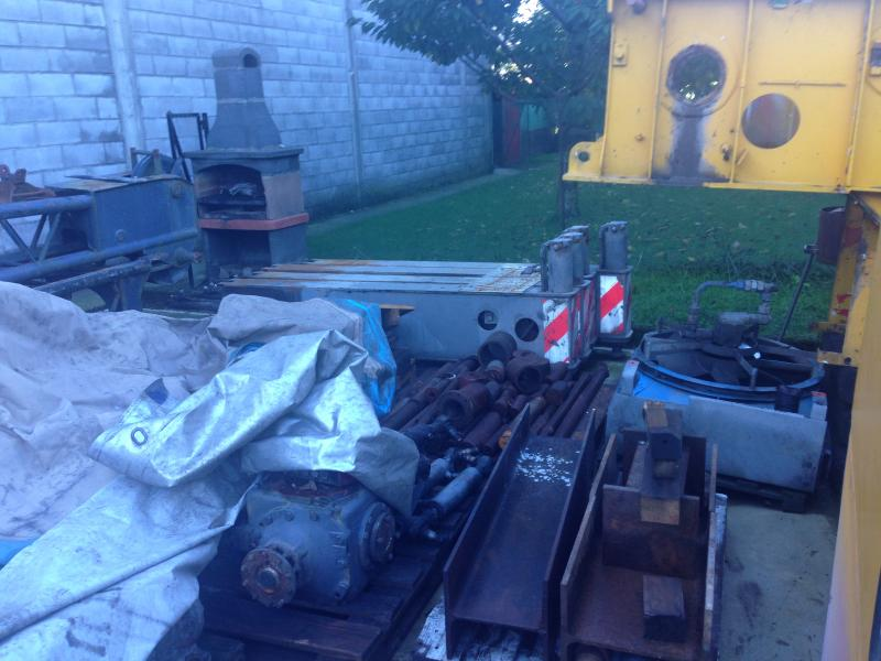 Krupp KMK 3045 Outriggers/ cilinders